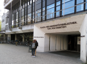 Staats- und Universitätsbibliothek Hamburg Carl von Ossietzky. Pääsisäänkäynti sijaitsee kirjaston uudemmassa osassa.