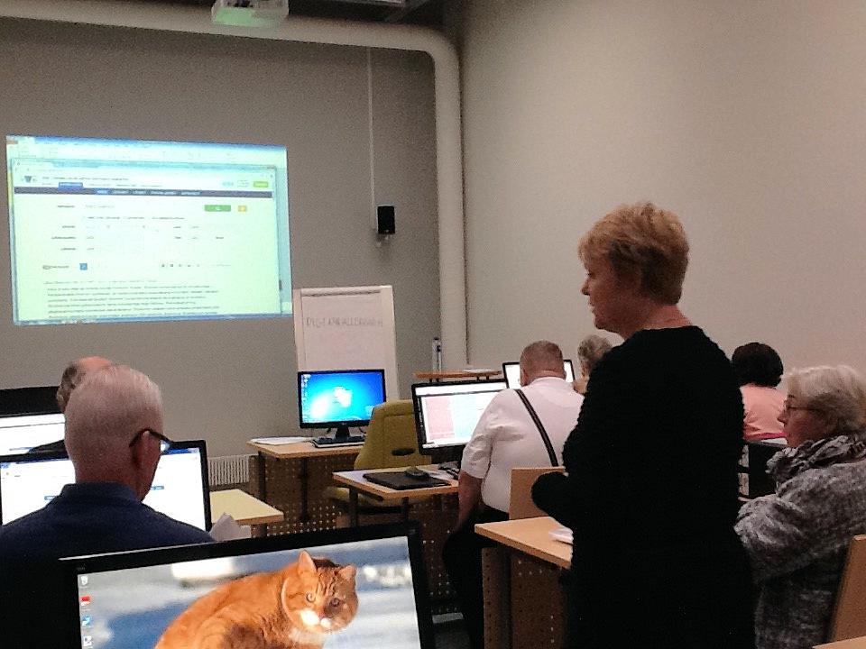 Kurssin opettaja Pirjo Karppinen ja kurssilaisia työn touhussa