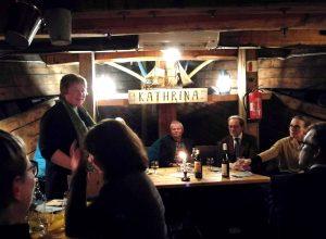 Illallinen Kuunari Kathrinalla, etualalla Maija Aksela, taustalla Juha
