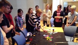 Tutkijafoorumin osallistujat pääsivät kokeilemaan innovatiivisuutta muovailuvahalla.