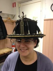 Jag fick en modell av en hatt tryckt på mitt huvud. Den är över hundra år gammal och gjord i trä, metall och elfenben. Med hjälp av den kommer en unik hatt att tillverkas för mig.