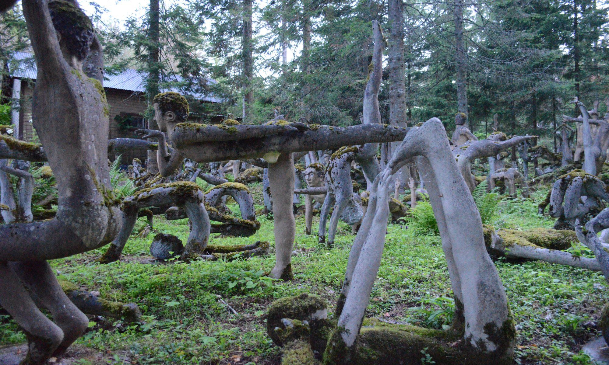 Parikkalan Patsaspuiston joogaavat patsaat
