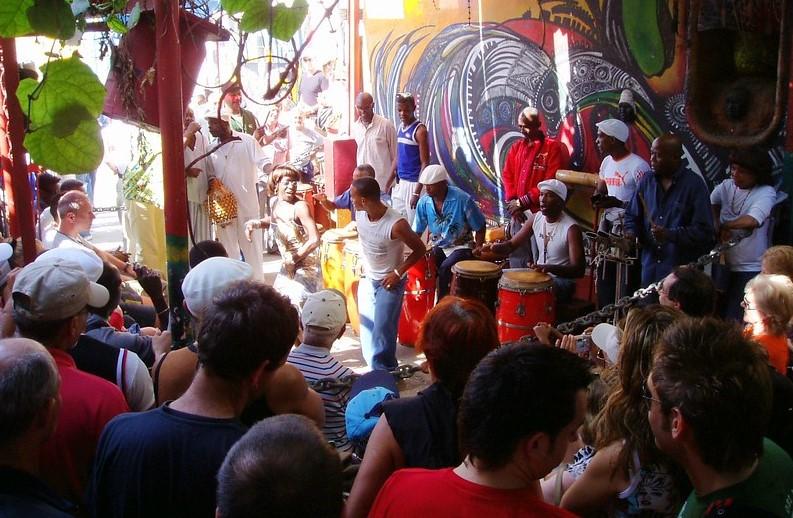 rumbaesitys turisteille Kuubassa kadulla