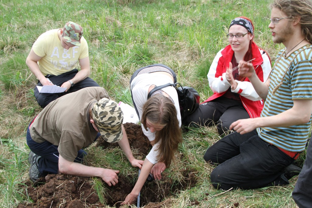 Students having a closer look at soil in the field. Photo: H-S. Helmisaari.