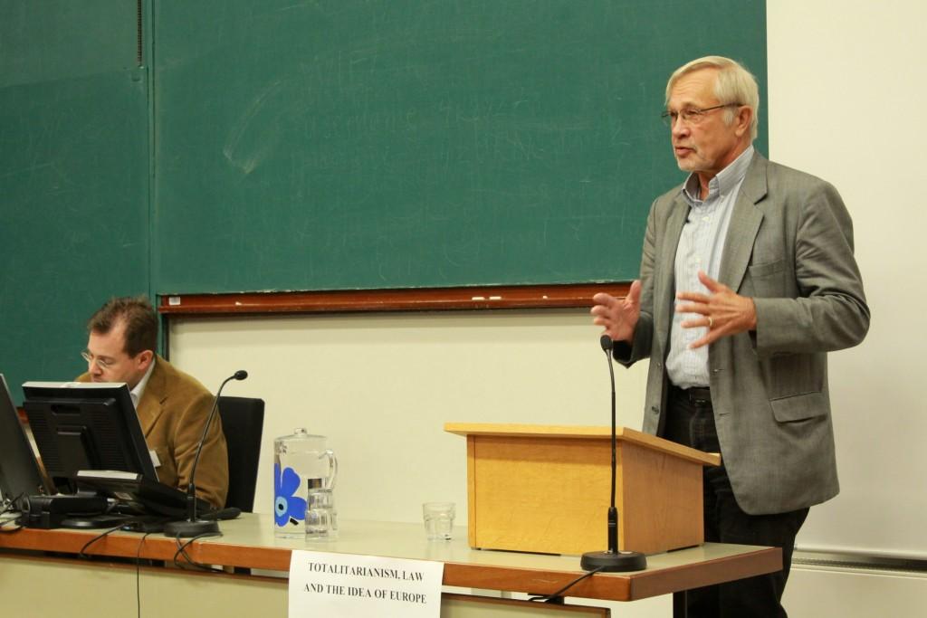 Keynote speaker professor Bo Stråth giving a lecture.