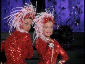 Jane Russell ja Marilyn Monroe musikaalin avauskappaleessa.