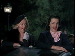 Jane Russell ja Marilyn Monroe Herrat pitävät vaaleaveriköistä -musikaalissa. Kappale When Love Goes Wrong (Nothing Goes Right).
