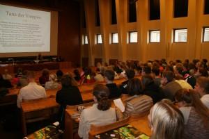 Oppilaita ja opettajia kuuntelemassa yhteistä luentoa