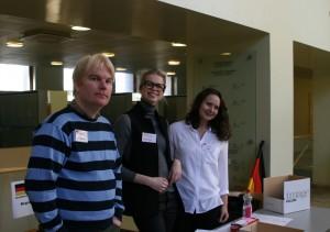 (Vasemmalta) Mikko Kaunisto, Daria Modestova ja Laura Senni vastaanottivat vieraat Metsätalon sisääntuloaulassa