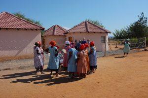 Naisten tervetulotanssi Mosesetjhanassa. Nilkkoihin sidotut helistimet on tehty vanhoista muovipusseista.