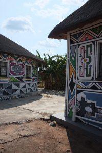 Mthambothinin majoituspaikka maalattu perinteisin ndebele-kuvioin.