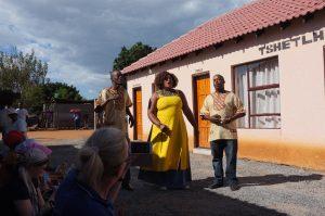 Pohjois-ndebeleaktiivien lauluyhtye esittää kansan epävirallisen kansallislaulun.