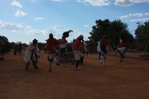 Ndebelemiesten tanssi pillien tahdissa.