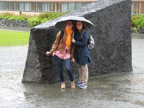 Kuva 1 Janina ja Nelly kesäkuussa Joensuussa LUMAT-päivillä puhumassa kurssista ja kestävän kehityksen oppilaslähtöisestä opetuksesta.