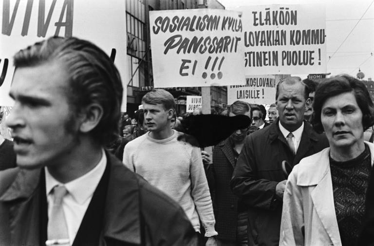 Tšekkoslovakian miehityksen vastainen mielenosoitus Siltasaarenkadulla. Kuva: Helsingin kaupunginmuseo, Simo Rista.