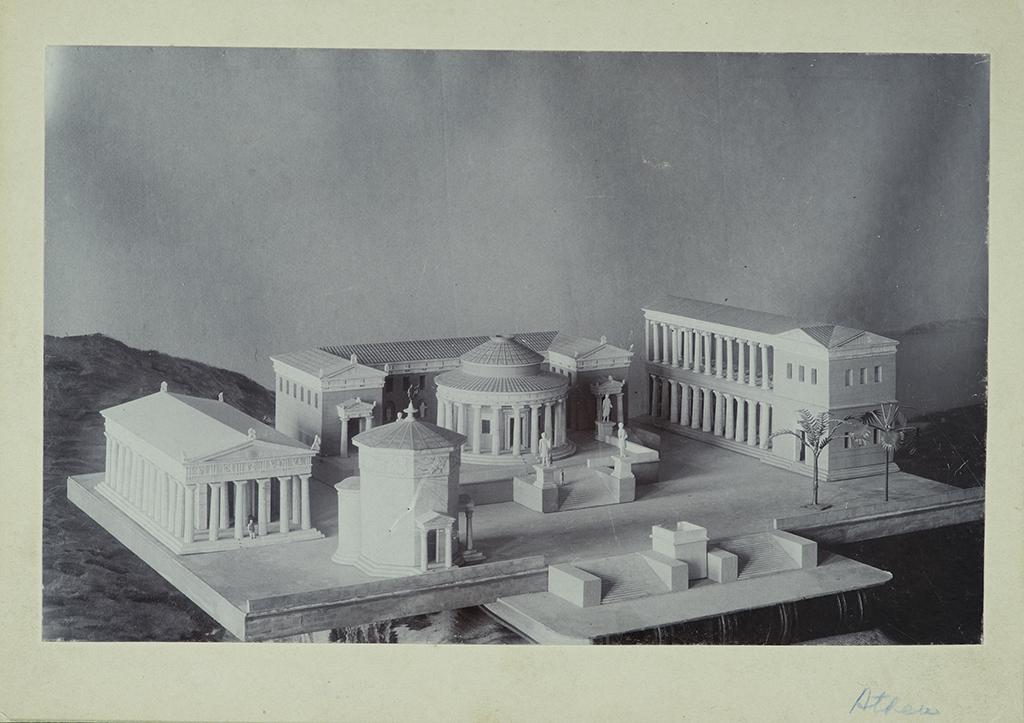 Ett svartvitt foto av miniatyrmodellen med flera byggnader.