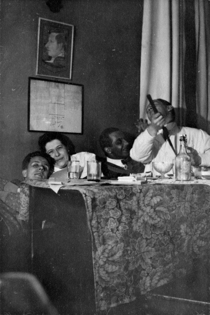 Leende läkarstuderande i en soffa på 1920-talet.