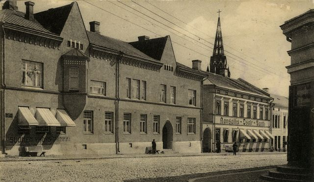A street view in town Pori, black and white photograph. In the left a bank building with two floors.