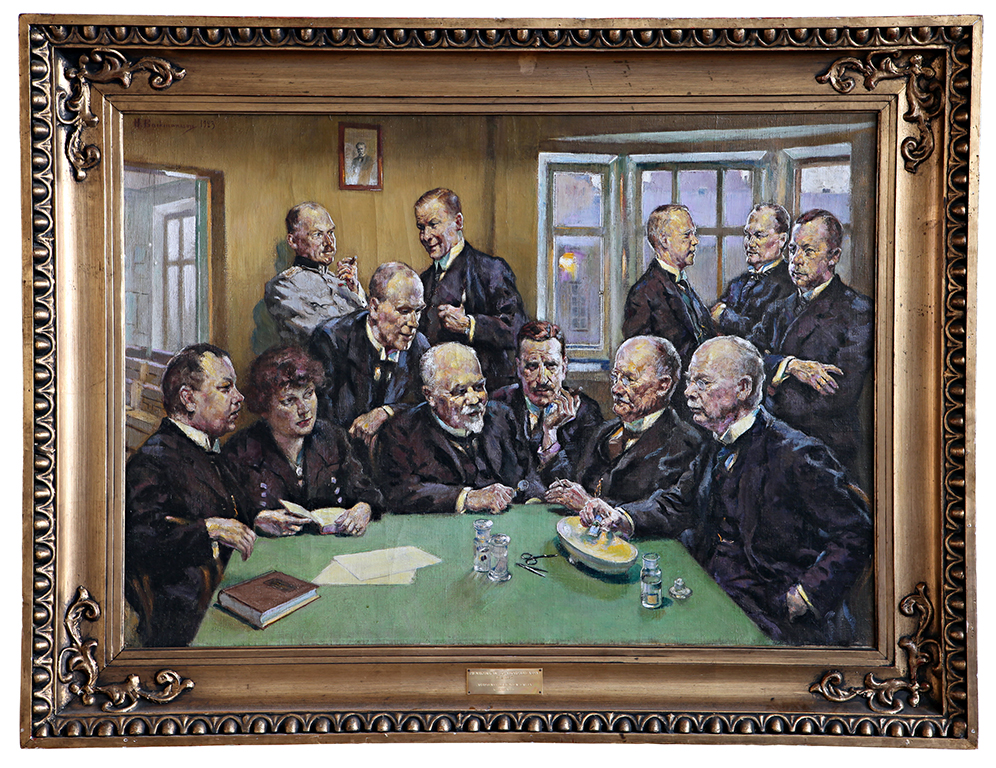 A painting with 11 men and one woman in a room. The people are dressed in dark clothing, there is a green table at the forefront with windows and a yellowish wall in the background. The painting is in a bronze-coloured decorative frame.