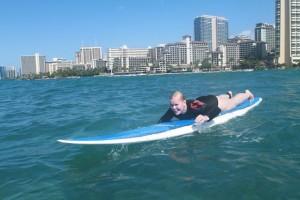 Susanna surffaamassa Hawailla - kaukana sensuurista