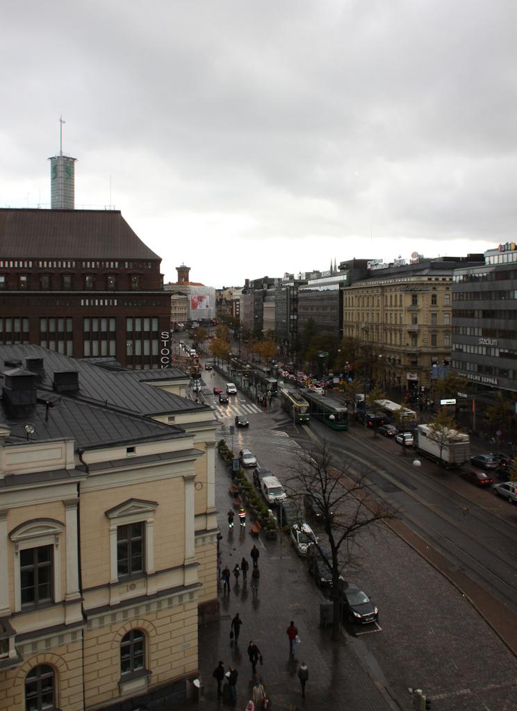 Vanha ylioppilastalo ja vilkkaasti liikennöity Mannerheimintie yläviistosta kuvattuina.