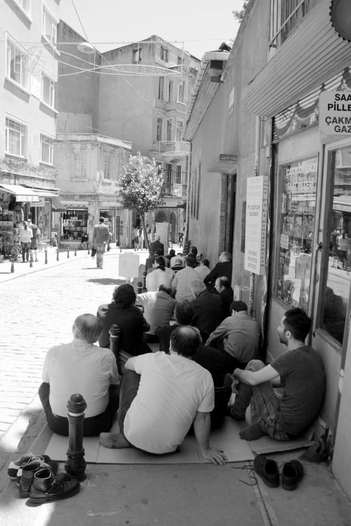 Bönestund på gatan.