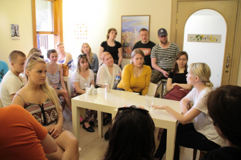 Reeta Paakkinen besökte vårt hostell och berättade om journalistarbetet i Turkiet.