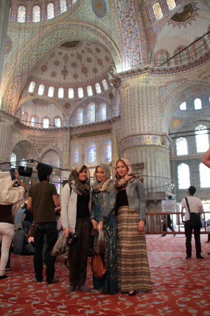 För att besöka Blåa Moskén skulle kvinnorna täcka huvudet, axlarna och bära lång kjol. Det fanns skilda böneområden för kvinnor och män.