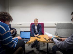 Kuvituskuva: Kirjaston tietoasiantuntija haastatteleva Mikael Laaksoa Think Open -blogiin