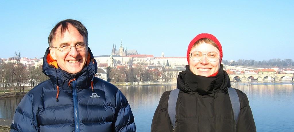 Johanna ja Enrique Vltava-joen sillalla, taustalla Prahan linna.