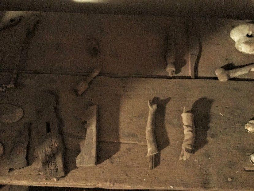 Hollolan kirkon kellotapulissa säilytetään vanhoja, seurakunnalle kuuluvia esineitä. Niiden joukossa on kaksi pientä, keskiaikaisista puuveistoksista peräisin olevaa käsivartta. Kuva: Elina Räsänen.