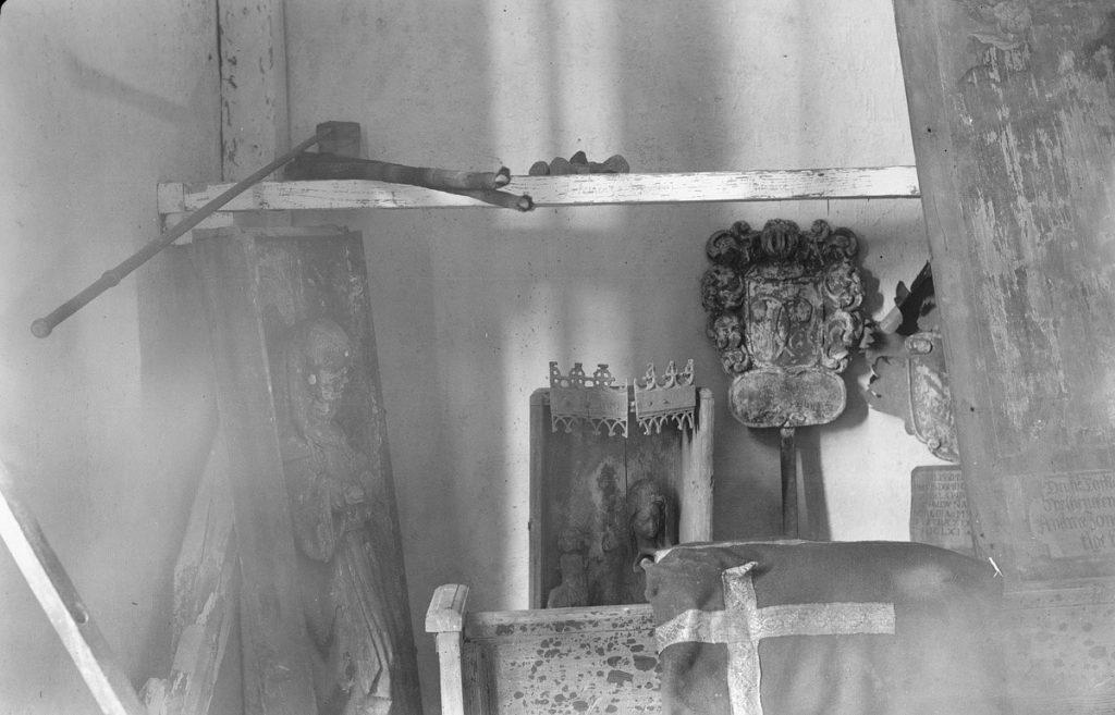 Kuvassa oikealla Neitsyt Maria ja lapsi -veistos asetettuna 1400-luvun alun kaappiin, joka on edelleen tapulissa. Vasemmalla nykyään kirkkotilassa oleva, vuonna 1986 maalaamalla turmeltu veistos kaapissaan. Kuva: Pietinen 1931. Museovirasto HK19670603:3883, Historian kokoelma, Pietisen kokoelma.