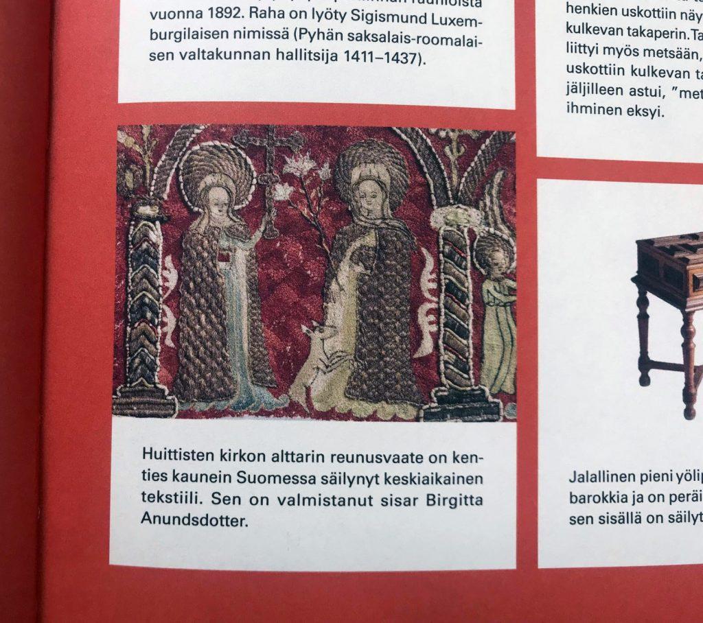 Kuva esittää sivua Curiositas-kirjasta. Kuvassa näkyy yksityiskohta punasävyisestä alttarin reunusliinasta, johon on kirjailtu ihmishahmoja.