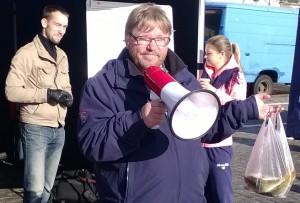 Professori Petri Ollila huutokauppaa kalaa silakkamarkkinoilla