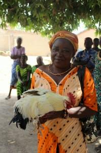 toinen projektikoordinaattorimme Mercy ja Kanpuon kylästä lahjaksi saatu kana