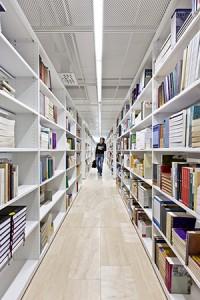 Kirjaston kokoelmat ja palvelut muuttuvat enenevässä määrin sähköisiksi. Kuva: Tuomas Uusiheimo