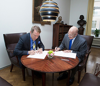 Helsingin yliopiston rehtori Jukka Kola ja Yhdysvaltain suurlähettiläs Bruce Oreck allekirjoittivat yhteistyösopimuksen  seuraavaksi viisivuotiskaudeksi (Kuva: Linda Tammisto)