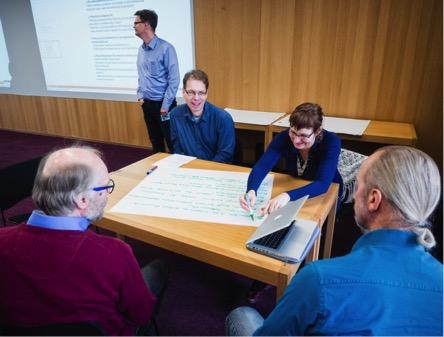 OA-työpajan ryhmä keskustelemassa teemasta yliopistot ja kultainen OA.