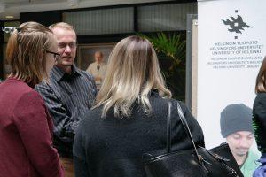 Tietoasintuntija Jussi Piipponen neuvoo opiskelijoita Meilahden kampuspäivässä