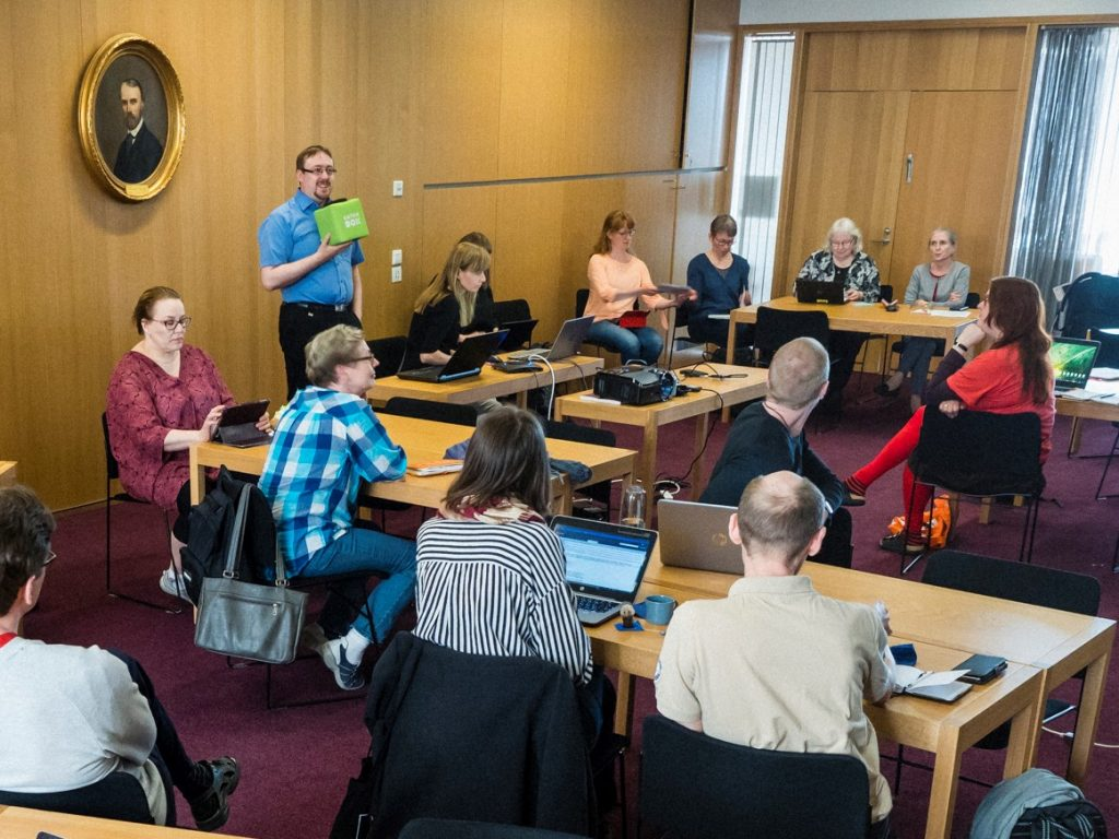 Ihmisiä keskustelemassa Kaisa-salissa oppimisen avoimuuden verkostotapaamisessa.