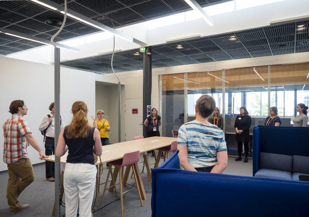 Helsingin yliopiston kirjaston palvelujohtaja Kirsi Mäenpää kertoi kirjaston työpajassa Kumpulan tilamuutoksista.