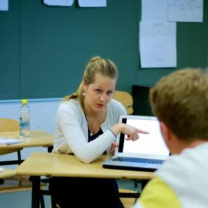 Anni Korhonen selittää generaattorin toimintaa lukiolainen Joona Soratielle, 17.