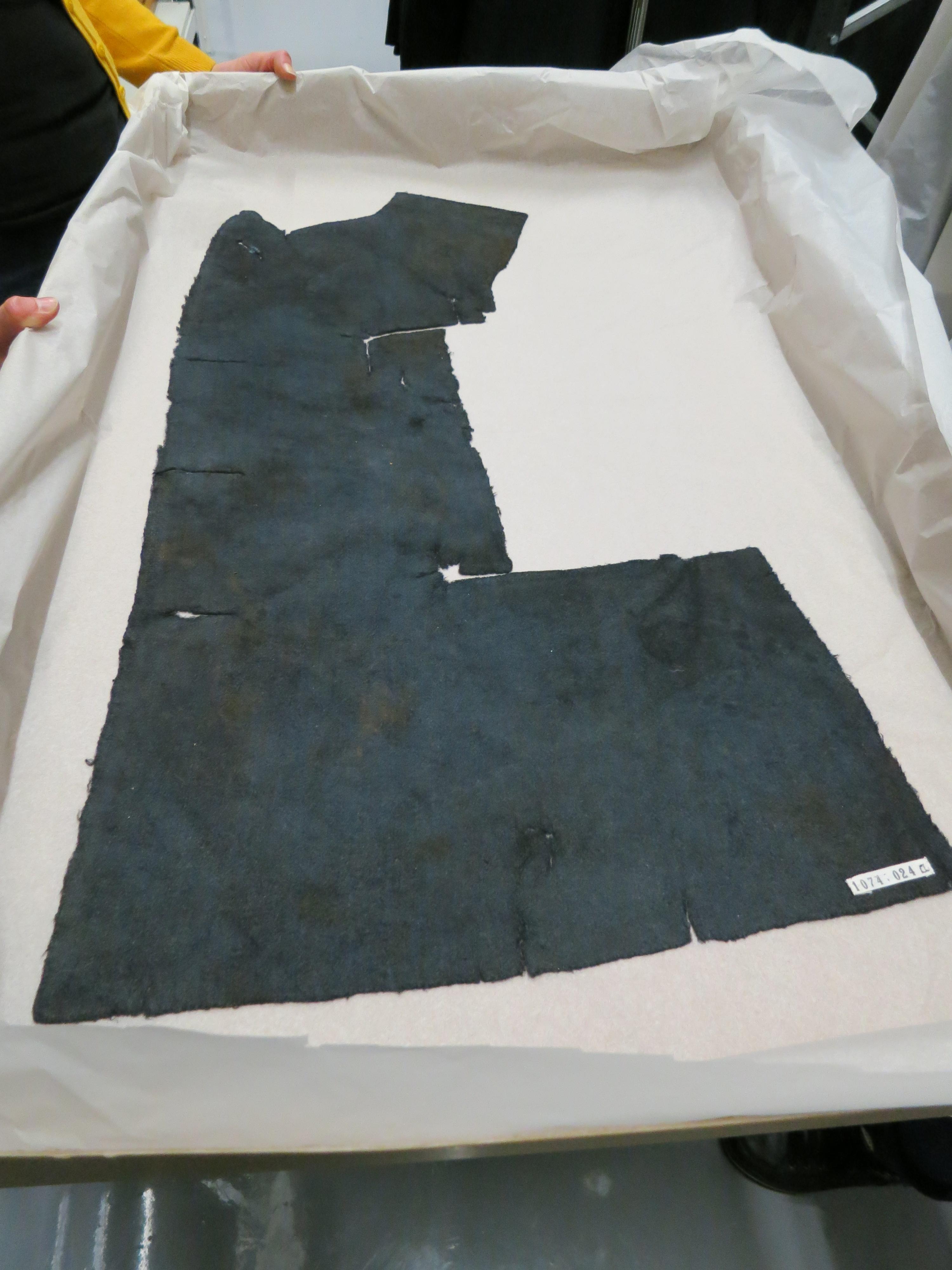 Nikolain hylystä nostettu sotilaan takin osa. Kuva: Annu Mikkonen
