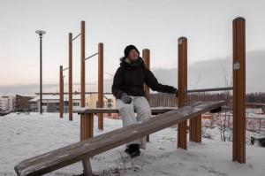 Sonja Kaijanen_istuu ulkona_kuvaaja Tuukka Toijonen