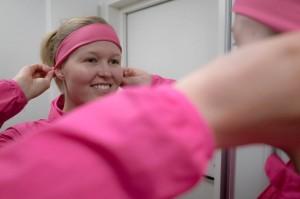 Sonja Kaijanen_panta päähän peilin edessä_kuvaaja Tuukka Toijonen
