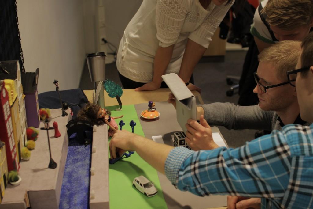 Opiskelijat kuvasivat animaatioita Minerva-torin iPadeillä, joihin oli asennettu iStopmotion ohjelma.