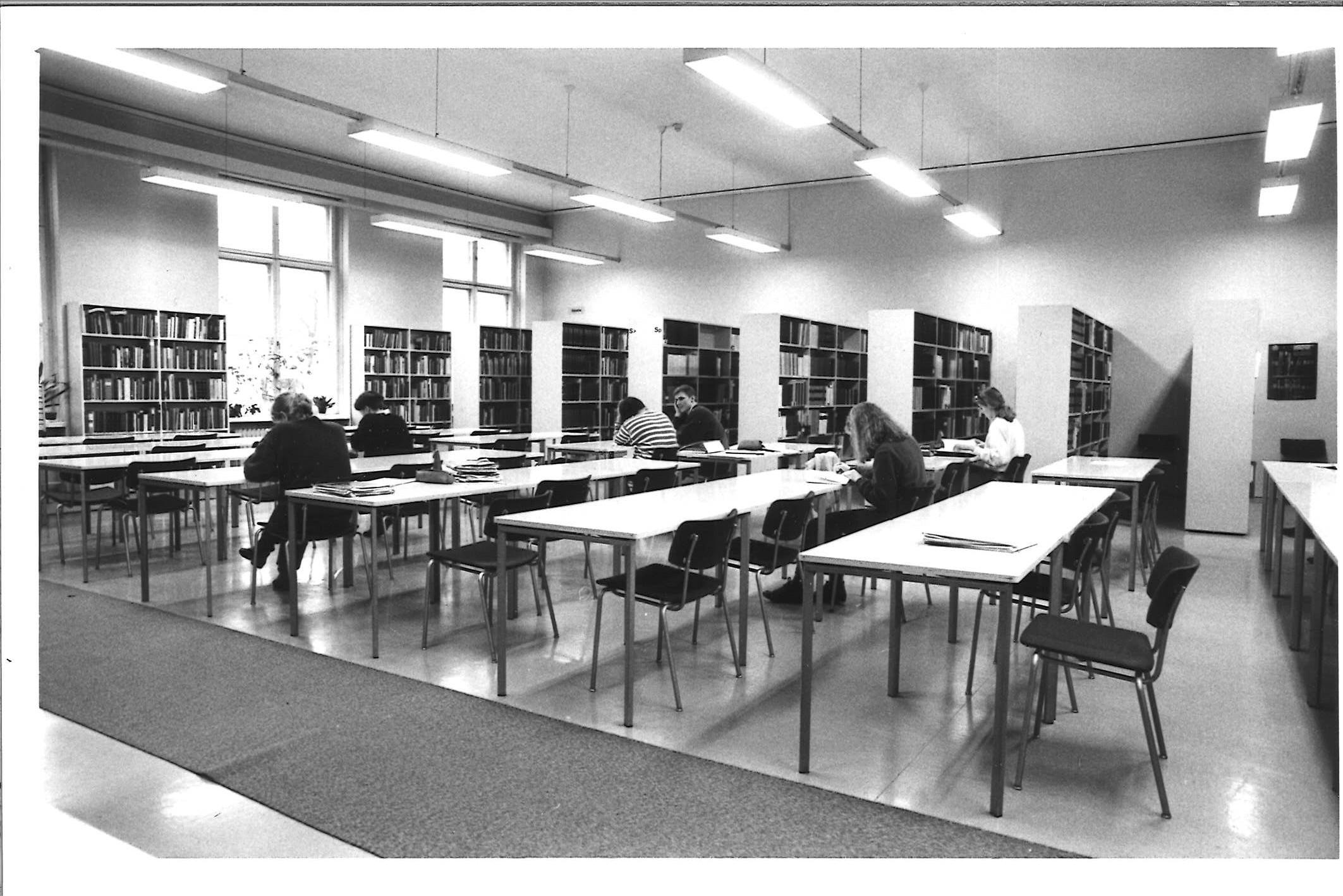 Päärakennuksen 3. kerroksen kirjasto 1980-luvulla.