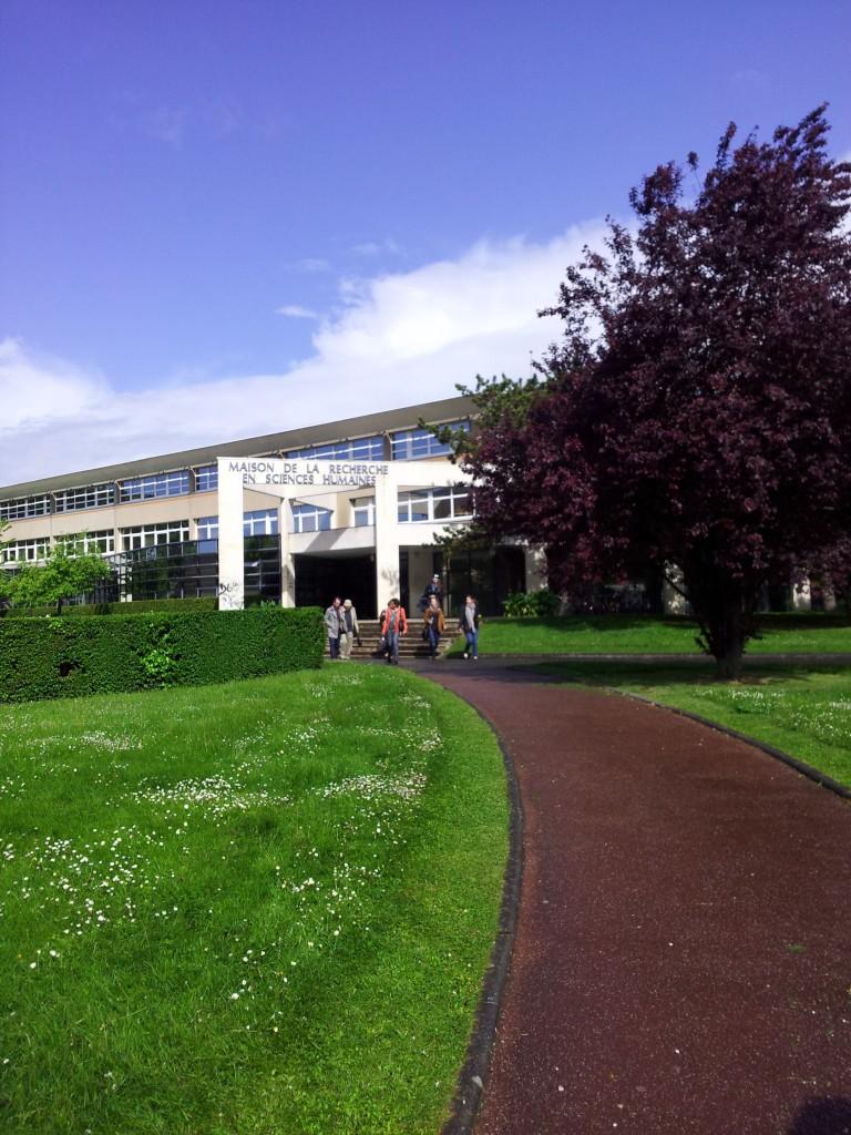 Konferenssin osallistujia Caenin yliopiston kampuksella.
