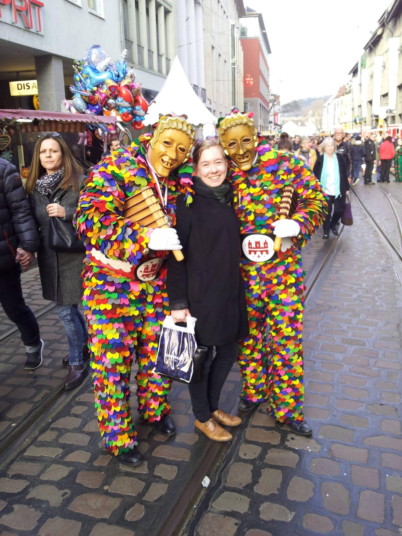 Fastnacht eli paikallinen karnevaali täyttää kadut iloisella musiikilla, kaikenkirjavilla kostyymeillä ja juhlahumusta nauttivalla karnevaalikansalla.