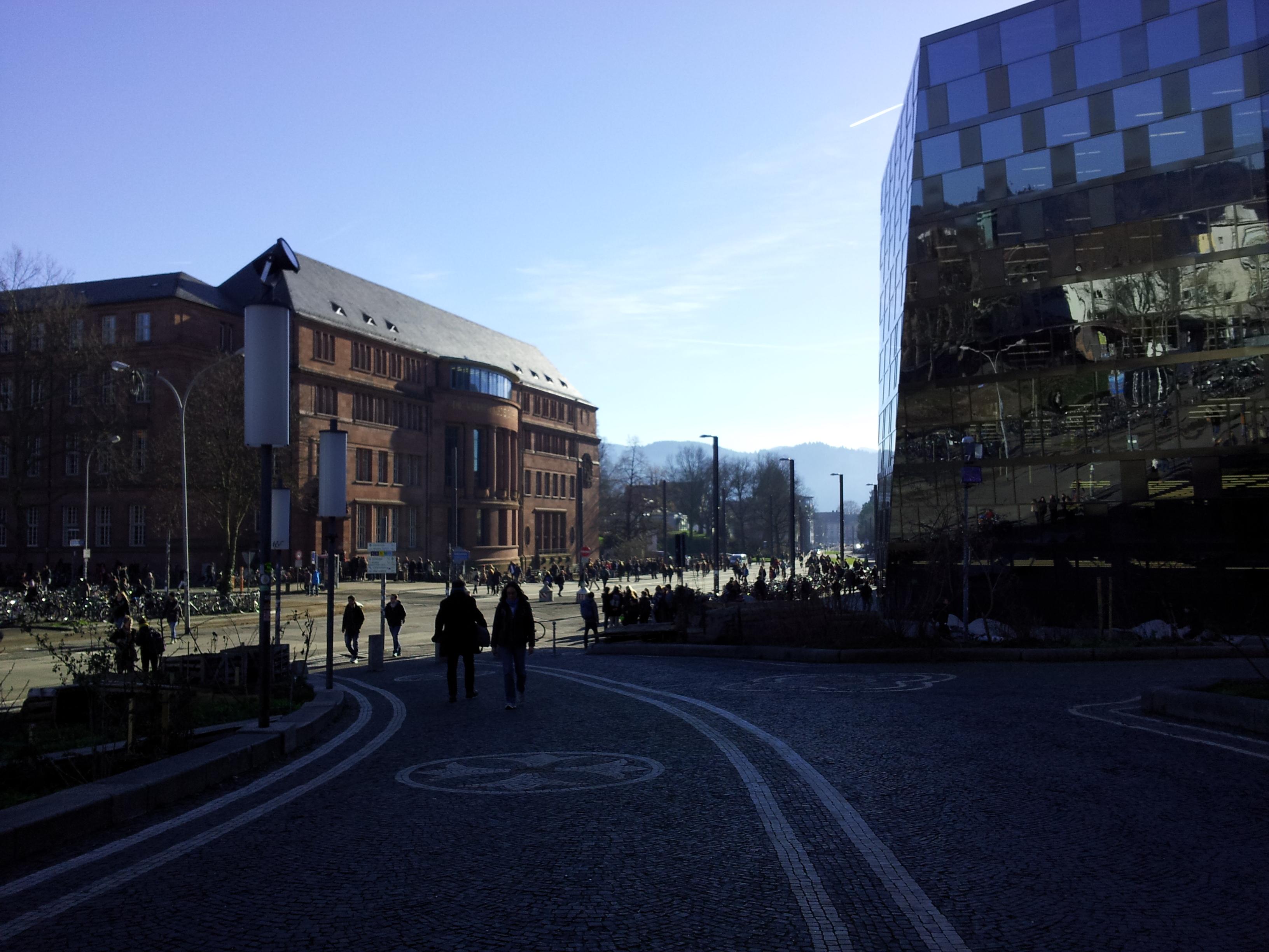 Freiburgin yliopiston vanha päärakennus ja uusi kirjasto.